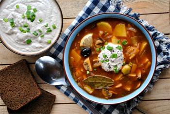 Ricetta russa: Zuppa mista di carne e cetrioli in salamoia